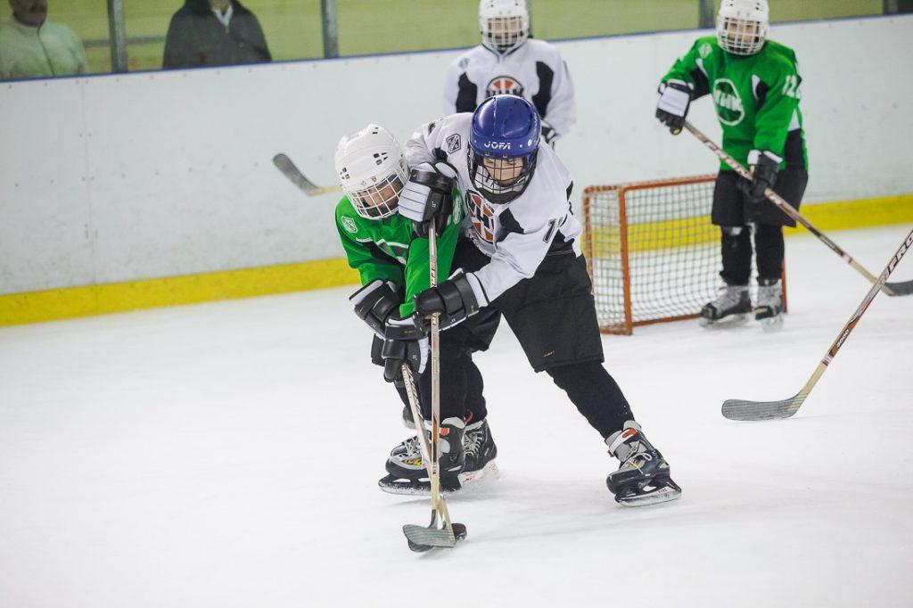 """Aizvadītas pirmās skolēnu hokeja turnīra """"Zelta ripa"""" spēles"""