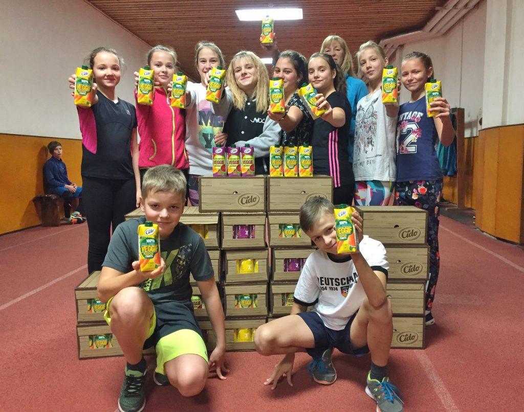 Jaunie sportisti saņem vitamīnu sveicienu no Vidzemes Olimpiskā centra