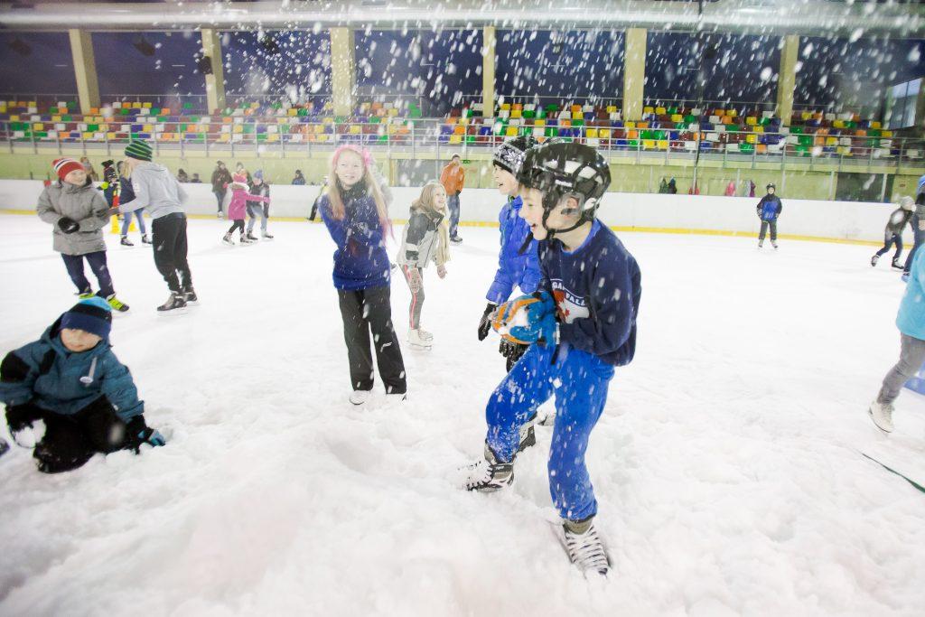 """Vidzemes Olimpiskā centra """"Elektrum"""" ledus hallē atzīmēta Pasaules Sniega diena"""